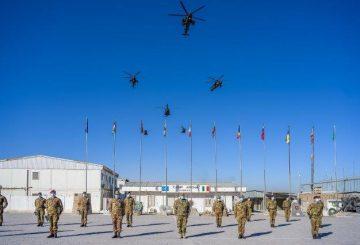 Schieramento del task Group Fenice al passaggio della bandiera Nato tra i Comandanti