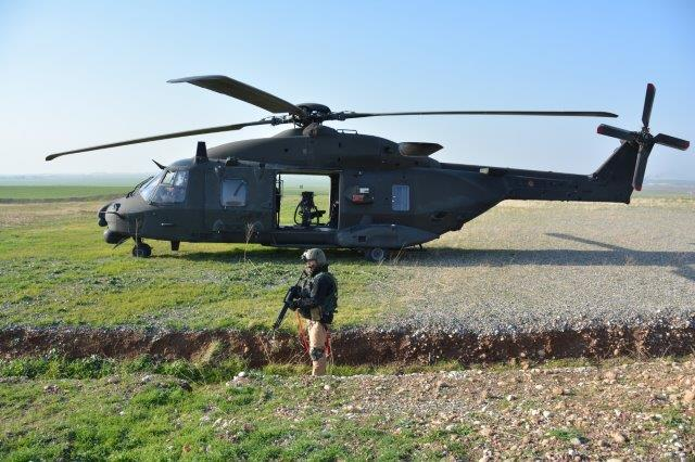 2_Difesa vicina dell'UH-90 in attesa dell'arrivo dell'assetto di fanteria aviotrasportata. Il secondo UH-90 sorveglia dall'alto (003)