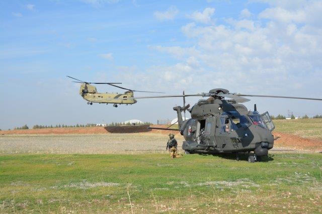 3_Il CH-47 in arrivo con il plotone per la difesa dell'area di atterraggio (002)