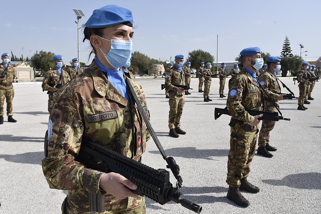Soldatessa del contingente italiano (2) (002)