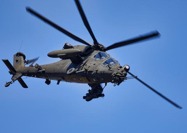 Foto 5 un elicottrero AH-129 in fase di manovra_ (002)