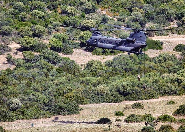 Foto 9 Inserzioine del personale da un elicottero CH-47F (002)