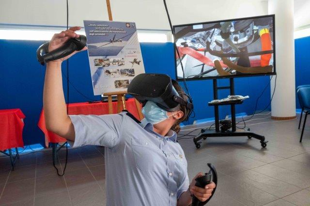 Una frequentatrice del corso manutentori a Caserta prova i modelli di realtà virtuale (002)