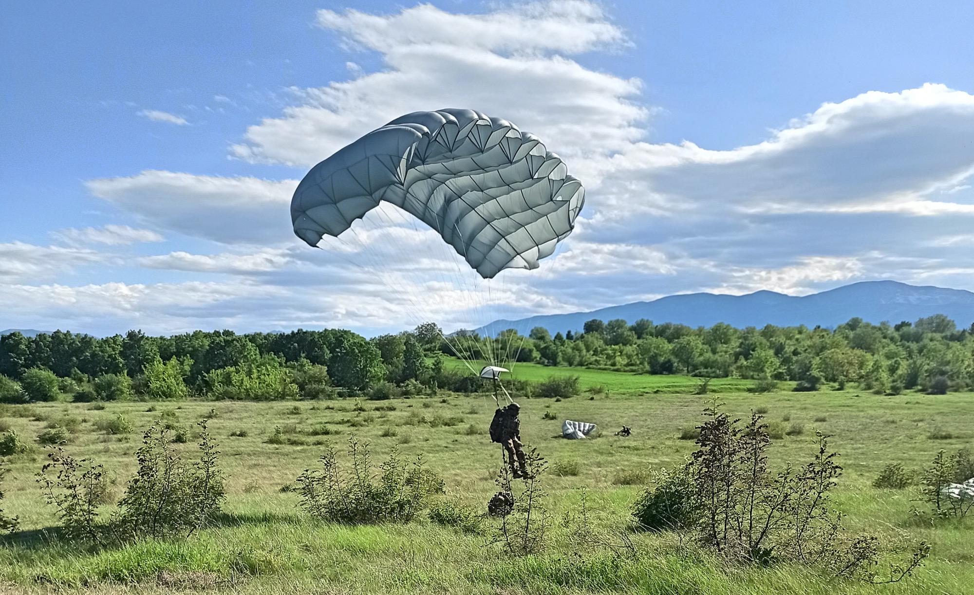 01 paracadutista in atterraggio (002)